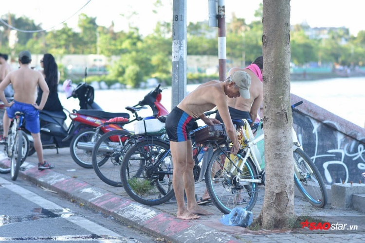 Những ngày này, cứ sáng sớm hoặc chiều muộn, người dân sống quanh khu vực Hồ Tây lại rủ nhau đến bơi, tắm mát.