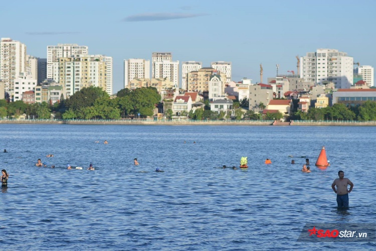 Những ngày qua, các bể bơi tại Hà Nội luôn trong tình trạng đông nghịt người, vì thế, Hồ Tây được xem là 1 địa điểm lý tưởng.