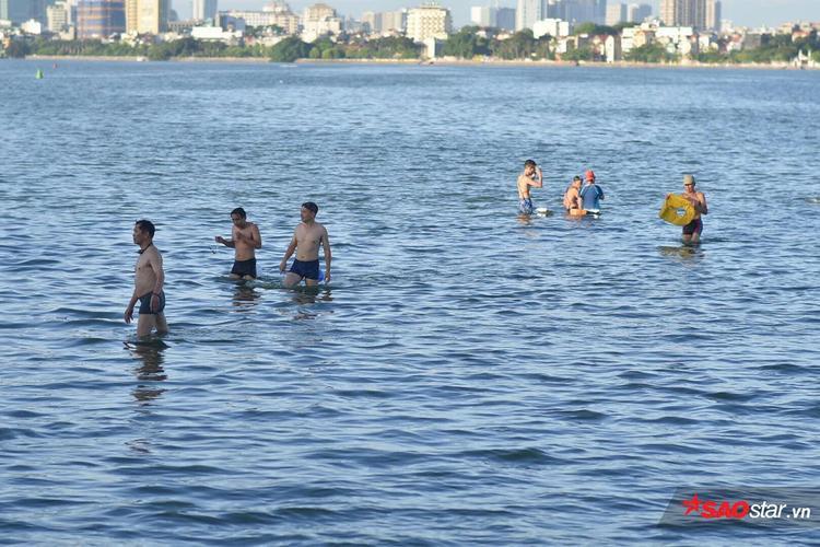 Mực nước ở Hồ Tây vào dịp hè thường cạn nước, nhiều điểm độ sâu chỉ khoảng 50 - 60cm.