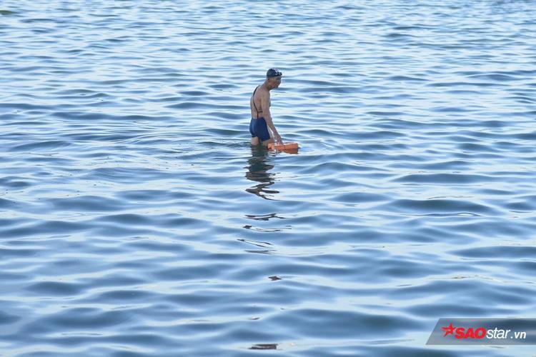 Một cụ ông đem theo phao bơi vào buổi chiều tại Hồ Tây.
