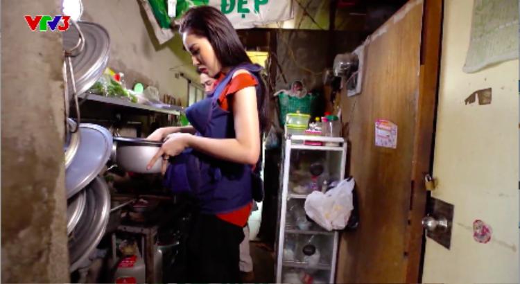 Kỳ Duyên tinh tế hỏi thăm thói quen ăn cơm khô hay nhão để nấu vừa ý gia đình bà bầu.