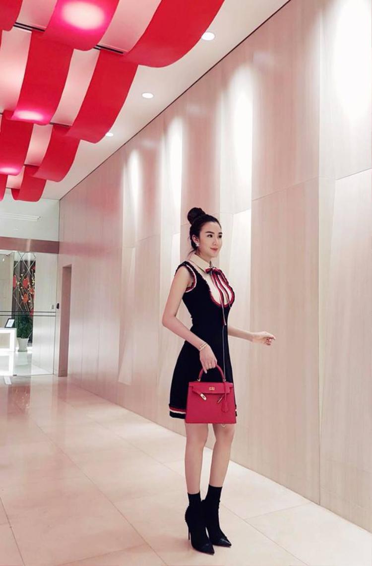 Bên cạnh niềm đam mê với giày cao gót của Louboutin, Ngọc Loan còn sở hữu BST túi Hermes nhiều không đếm hết. Một thiết kế Hermes màu đỏ được kết hợp cùng với bộ đầm thắt nơ xinh xắn.