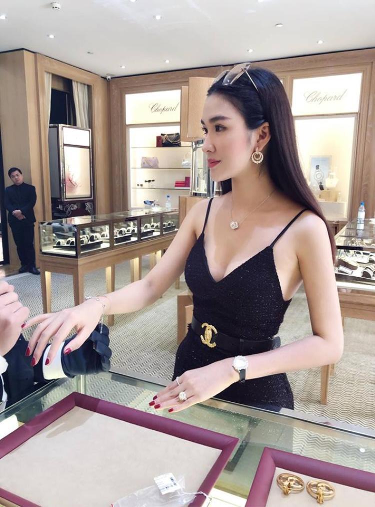 Chưa kể đến màn dát đồ hiệu mọi lúc mọi nơi thì những chiến tích shopping không ngơi tay của Ngọc Loan cũng đủ khiến dân tình phát sốt trước sự xa xỉ và sang chảnh của cô nàng.