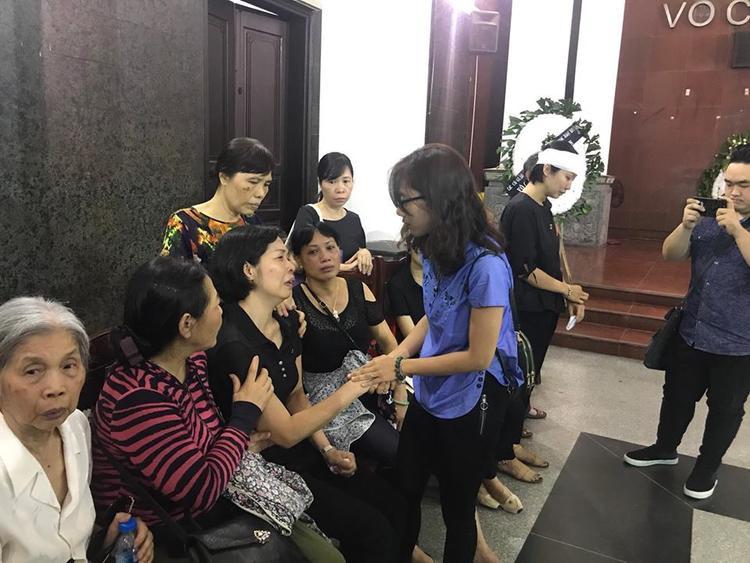 Chị Dương (mẹ bé Hải An) đến chia sẻ với người thân trong đám tang bé Vân Nhi.