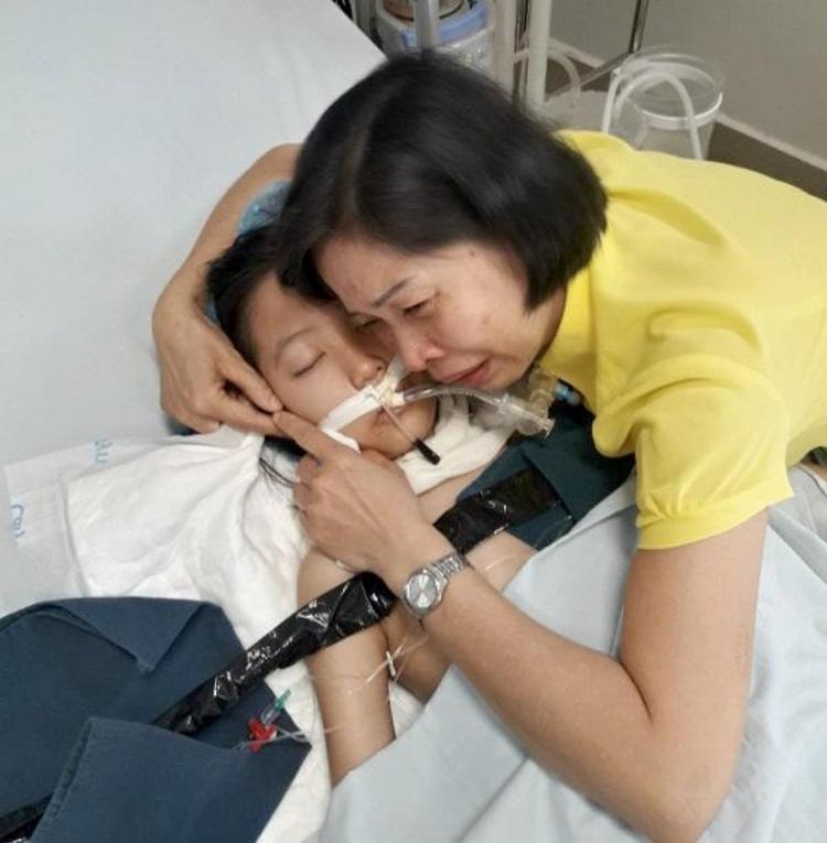 Phút cuối đời bên mẹ và người thân của cô bé sau 10 năm chống chọi với bệnh tật.