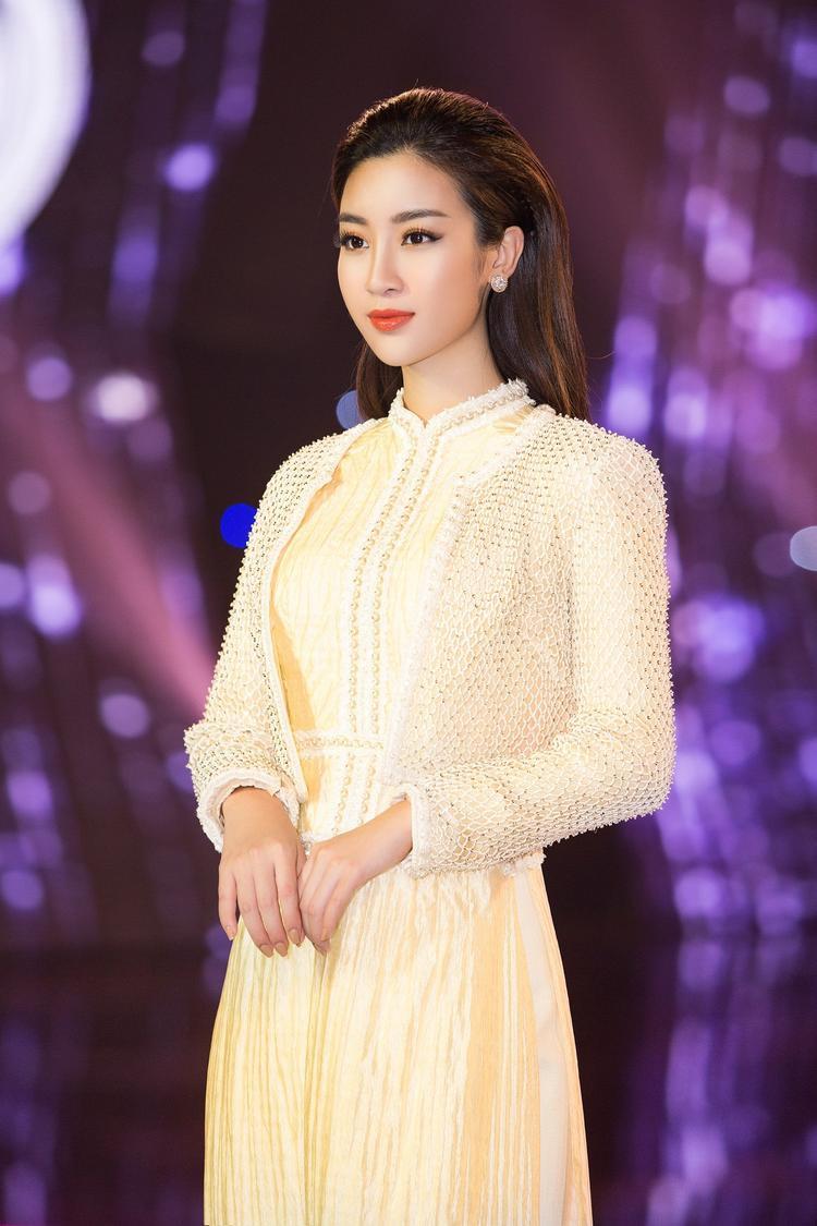 Hoa hậu Đỗ Mỹ Linh trưởng thành trong trang phục áo dài của NTK Công Trí.