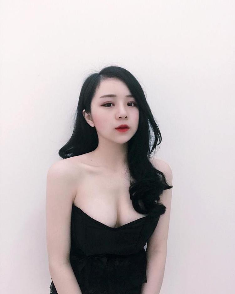 Cận cảnh hot girl ngủ gật khoe vòng 1 gợi cảm hơn Ngọc Trinh, Angela Phương Trinh