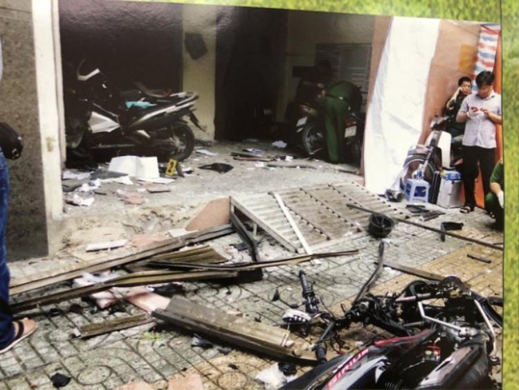 Phía bên trong trụ sở công an, nhiều mảnh vỡ văng tung tóe, đồ đạc bị hư hỏng. Ảnh: Dân Trí.