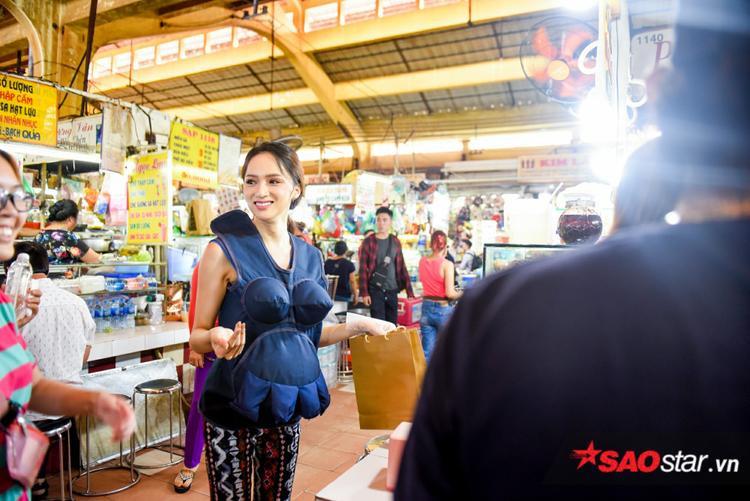 """Mà nào chỉ có một chiếc, trong thử thách buôn bán tại chợ Bến Thành, cô nàng cũng diện chiếc quần khác, họa tiết ziczac thổ cẩm """"nổi"""" không kém."""