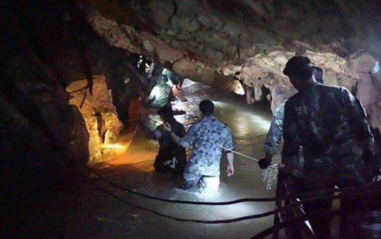 Đội thợ lặn của Hải quân Thái Lan kiểm tra khu vực hang ngập nước vào ngày 29/6 trong kế hoạch giải cứu đội bóng nhí. Ảnh: AFP