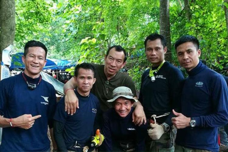 Cựu đặc nhiệm Hải quân Thái LanSamarn Kunan (ngoài cùng bên trái) hy sinh trong khi làm nhiệm vụ giải cứu đội bóng mắc kẹt trong hang Tham Luang. Ảnh: Bangkok Post