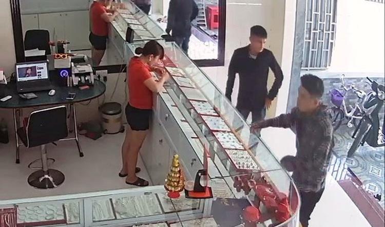 2 nam thanh niên vào tiệm vàng Ngọc Hà lừa bán vàng - (ảnh chụp camera).