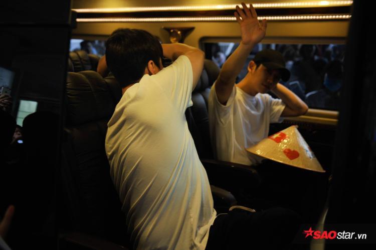 Jung Hae In vẫy tay chào fan Việt khi bước lên xe.