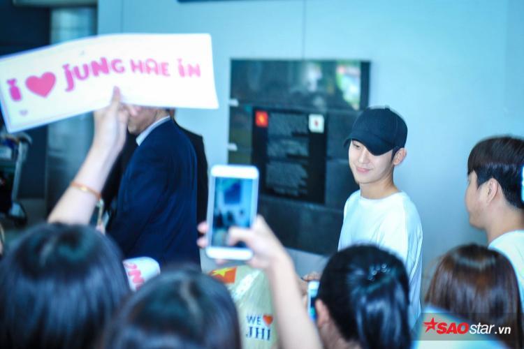 Jung Hae In điển trai ngời ngời khi vừa xuất hiện.