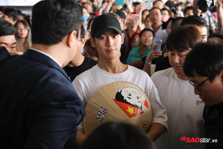 Nam diễn viên vui vẻ ôm nón lá từ fan tặng.