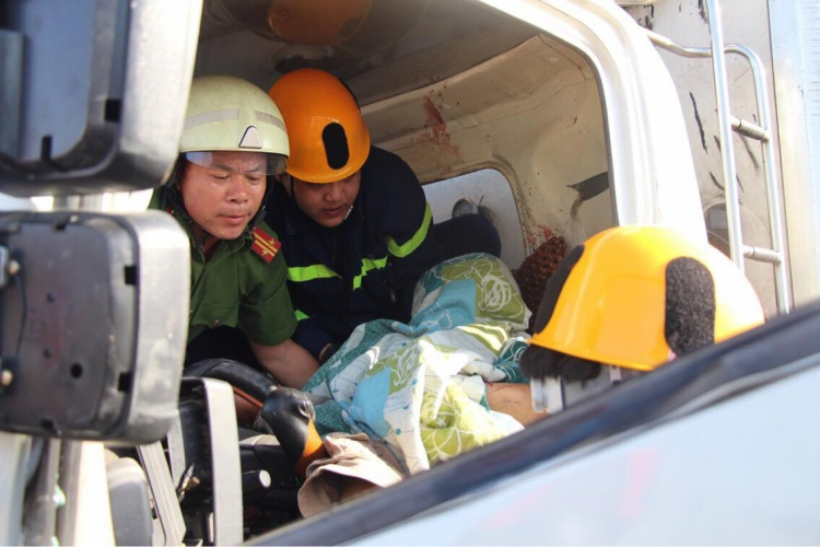 Lực lượng chức năng đang cố gắng đưa các nạn nhân ra ngoài.