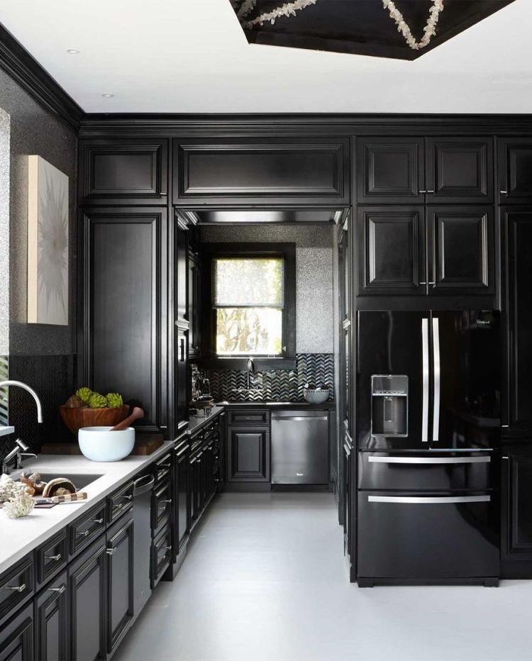 Một màu đen tổng thể chỉ điểm xuyến một chút màu trắng để tạo điểm nhấn cho không gian bếp.