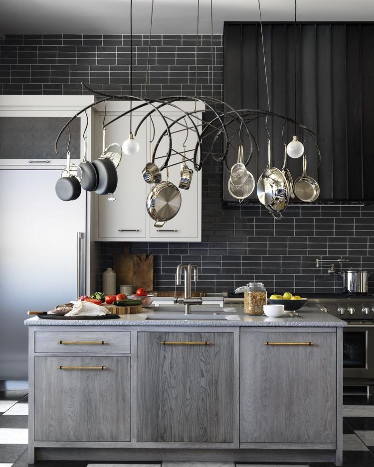 Một gian bếp rất ấn tượng từ màu sắc cho tới thiết kế để tạo nên sự kết hợp đặc biệt cho không gian nấu nướng.