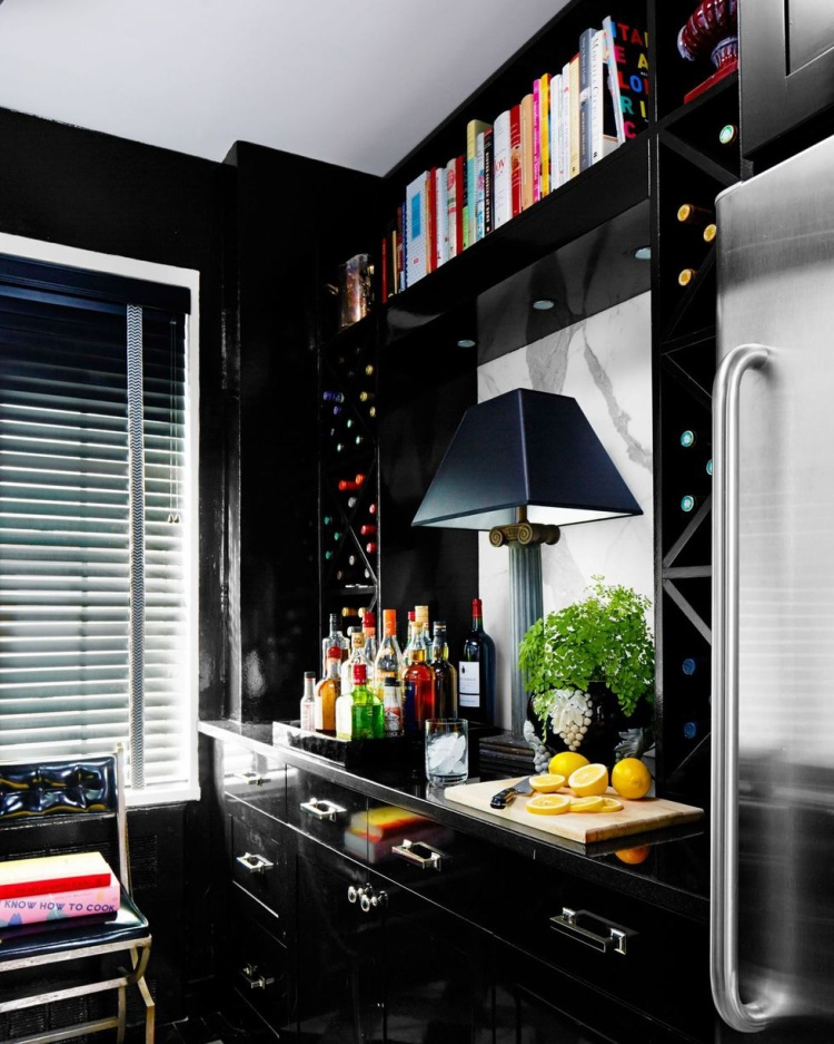 Màu đen lúc này chiếm gần như tổng thể từ nội thất cho tới gạch ốp hay các phụ kiện trang trí khác tạo nên sự sang trọng, huyền bí.