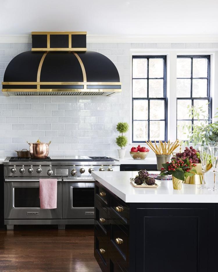 Những chiếc tủ cùng máy hút khói màu đen nổi bật trong gian bếp.