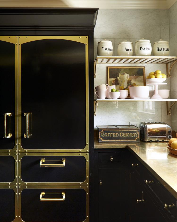 Chiếc tủ đựng đồ màu đen chiếm phần lớn không gian trong căn bếp này.