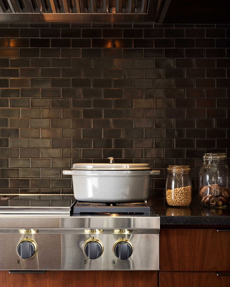 Bạn cũng có thể chọn gạch Gunmetal để tạo nên sự cổ điển, tự nhiên cho gian bếp của mình bằng việc ốp tường xung quanh.