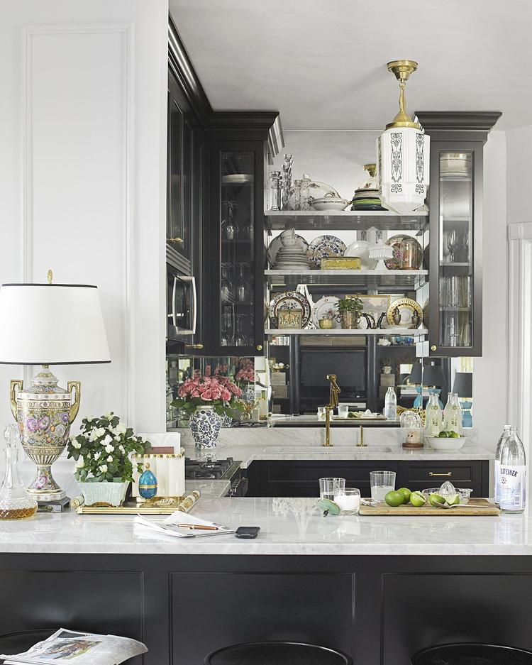 Tiếp tục là sự tương phản giữa hai màu đen trắng tạo nên một căn bếp quá ấn tượng.