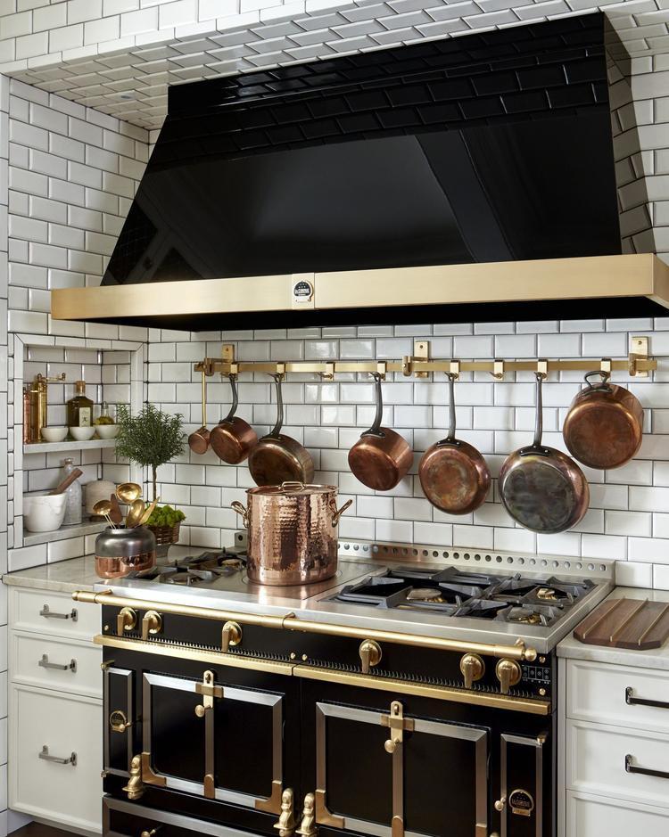 Một trong những điều ấn tượng khác của các nội thất, vật dụng màu đen trong tổng thể căn bếp.