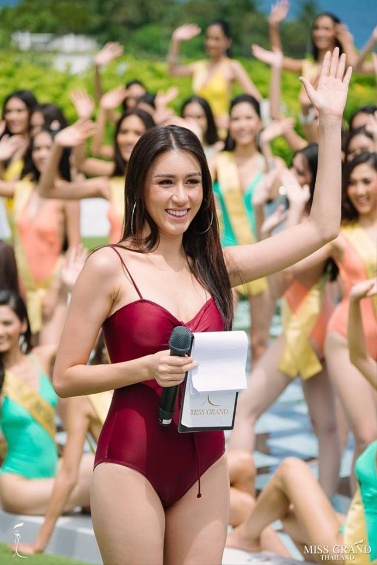 Sáng 5/7 các thí sinh đã chính thức bước vào phần thi áo tắm. Đương kim Hoa hậu Hòa bình Thái Lan 2017 đảm nhiệm vai trò MC dẫn dắt trong phần thi quan trọng này.
