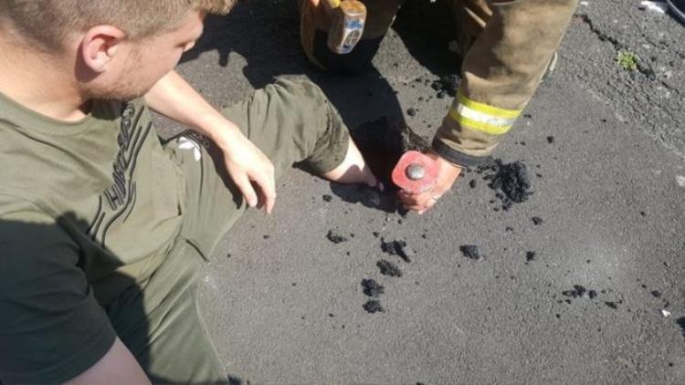 Nam thanh niên 24 tuổi bị kẹt chân trong nhựa đường.