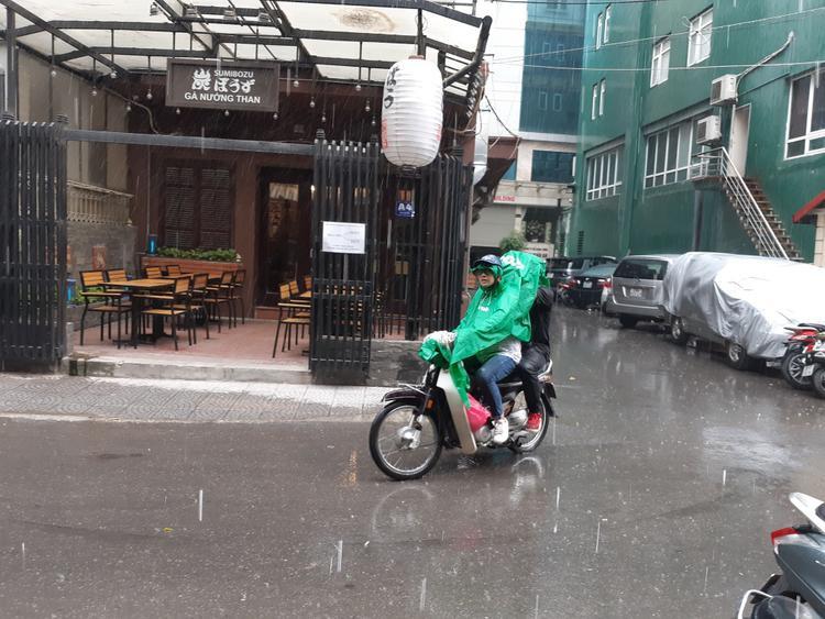 Cơn mưa khiến nhiều người cảm thấy vui mừng vì nền nhiệt đã hạ xuống nhanh chóng.