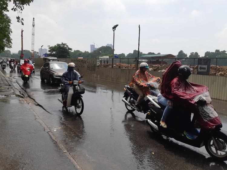 """Sau nhiều ngày trông đợi, người dân Thủ đô cuối cùng cũng được """"tắm mát"""" dưới mưa."""
