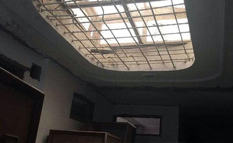 Thanh sắt trong nhà mà các thành viên treo cổ tự sát.