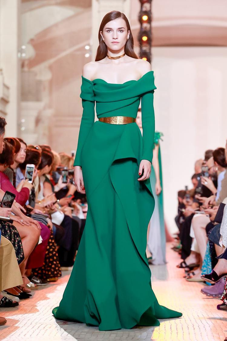 Một thiết kế trễ vai sắc xanh lục bảo của nhà mốt Elie Saab đảm bảo quý cô nào cũng đổ từ ánh nhìn đầu tiên.