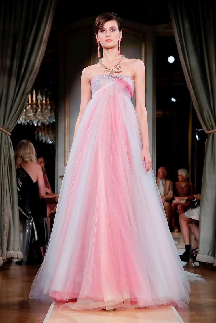 Các cô nàng kẹo ngọt hẳn sẽ mê mệt với chiếc váy bồng bềnh đến từ thương hiệu Giorgio Armani Prive