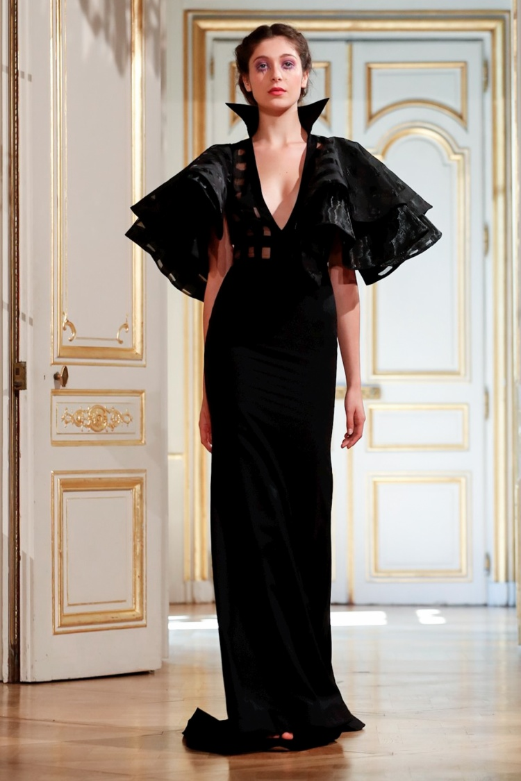 Nhà thiết kế gốc Việt - Patrick Pham đã mang đến mùa Haute Couture Fall 2018 một thiết kế váy đen tuyền, được nhấn nhá với phần cầu vai cầu kỳ nhưng không kém phần sang trọng.