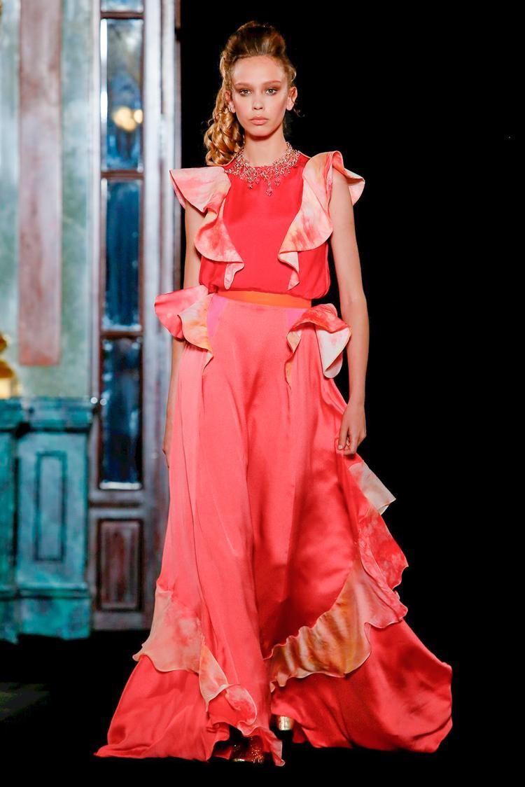 RVDK mang đến Haute Couture Fall năm nay 1 thiết kế đầy bay bổng nữ tính với các đường bèo dún cùng tông màu hồng đào.