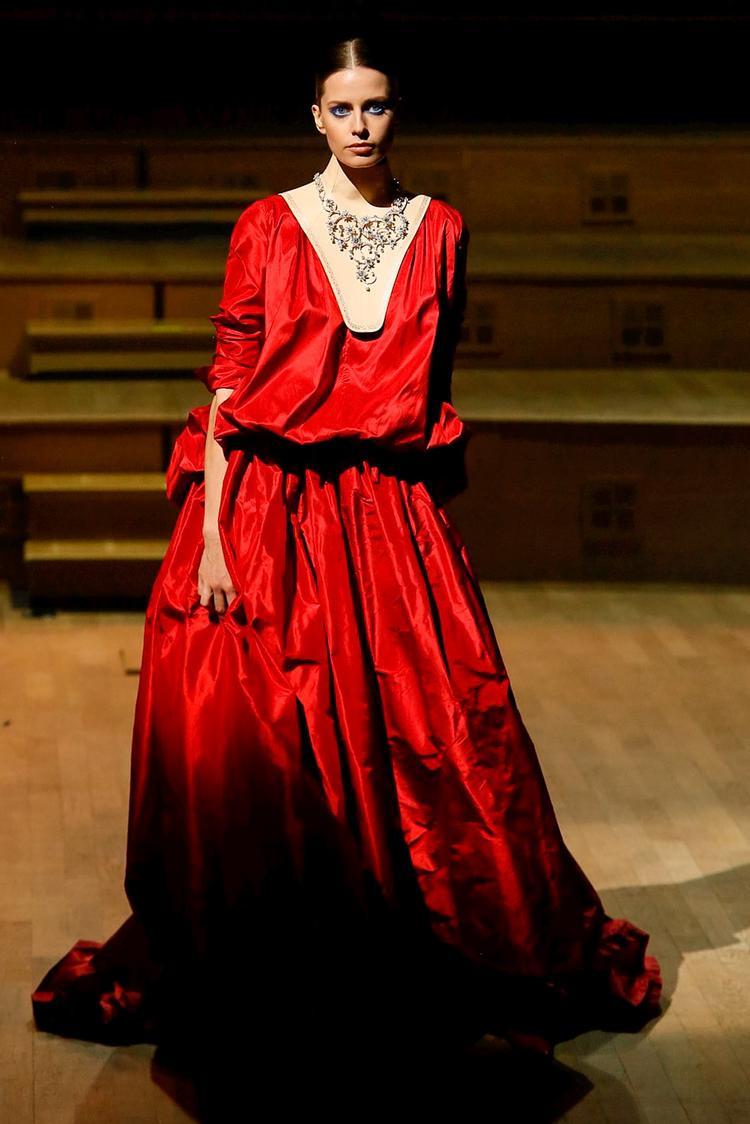 """Stephane Rolland đặc sắc cùng gam đỏ với cách đánh vải """"thụng"""" có chủ đích."""