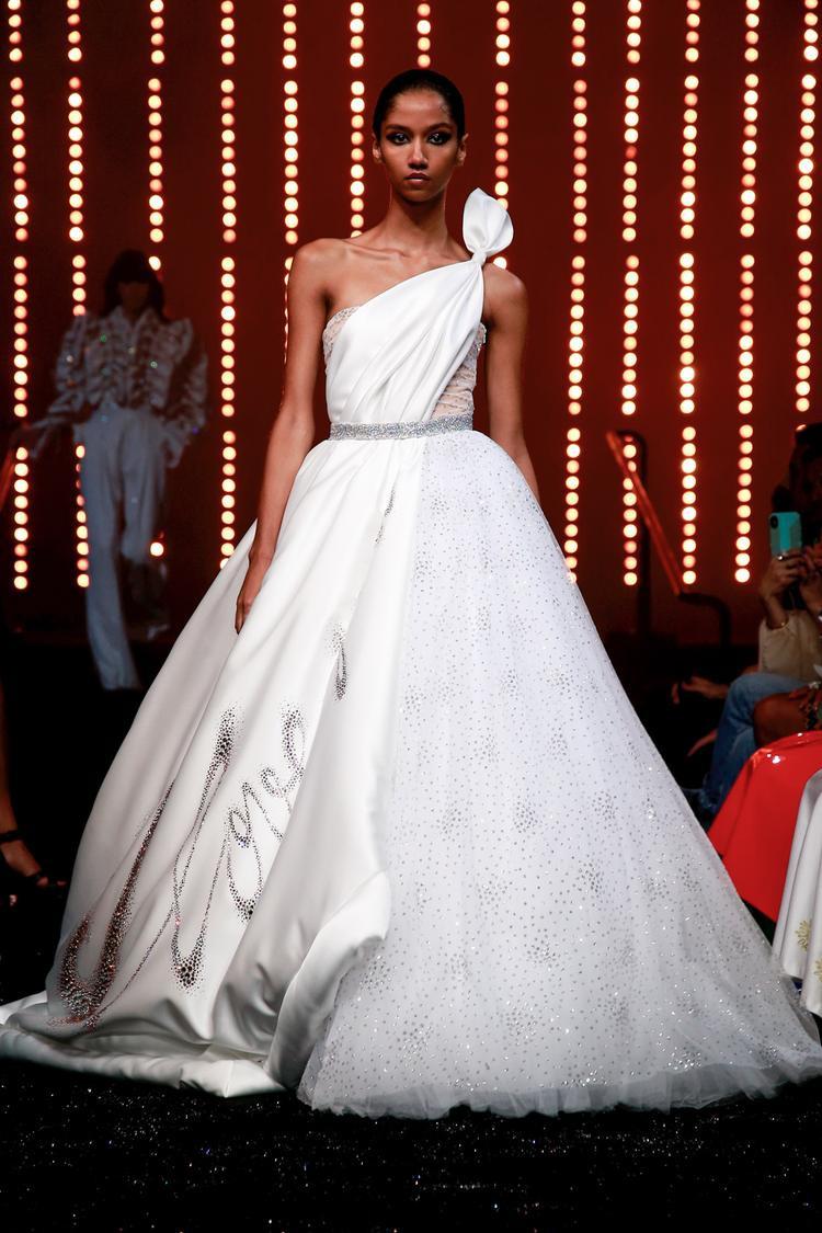 Viktor Rolf cùng thiết kế váy trắng lệch vai phá cách nhưng đầy duyên dáng.