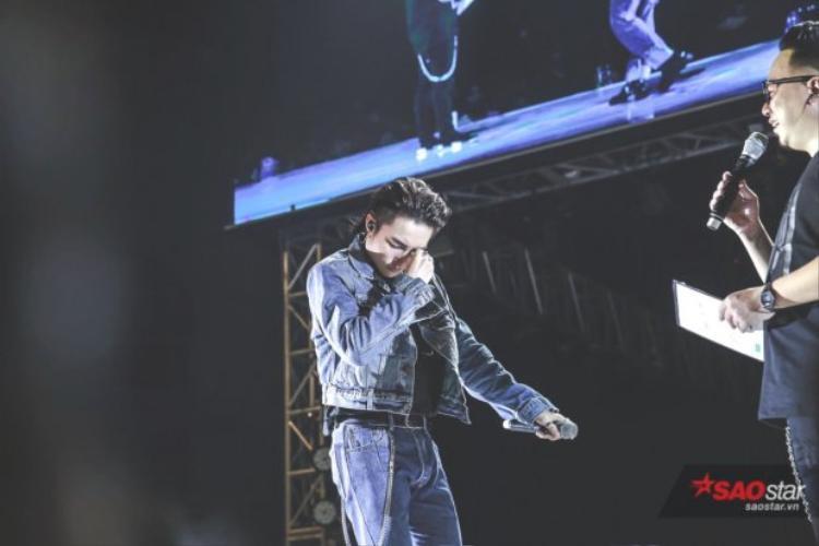 """""""Tùng rất sợ một ngày nào đó sẽ mất đi điều quý giá này"""", câu nói nghẹn ngào trong sự xúc động của Sơn Tùng khiến hàng nghìn fan bật khóc."""