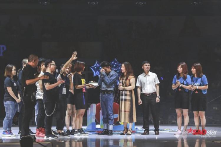 """Sau những phút giây hạnh phúc ấy, Sơn Tùng tiếp tục nhận được một món quà """"khủng"""" tới từ chính Sky Hà Nội đã mất 3 ngày 3 đêm bí mật thực hiện dưới gầm sân khấu."""