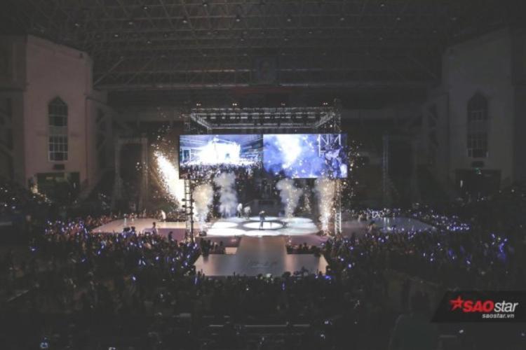 Sân khấu 4 chiều với màn hình led được Sơn Tùng đầu tư hoành tráng cùng sự có mặt của hơn 5000 fan.