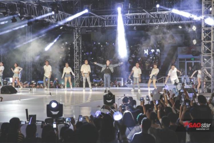 Ở mỗi góc của sân khấu, Sky đều có thể nhìn rõ mọi biểu cảm của Sơn Tùng ở khoảng cách gần nhất.