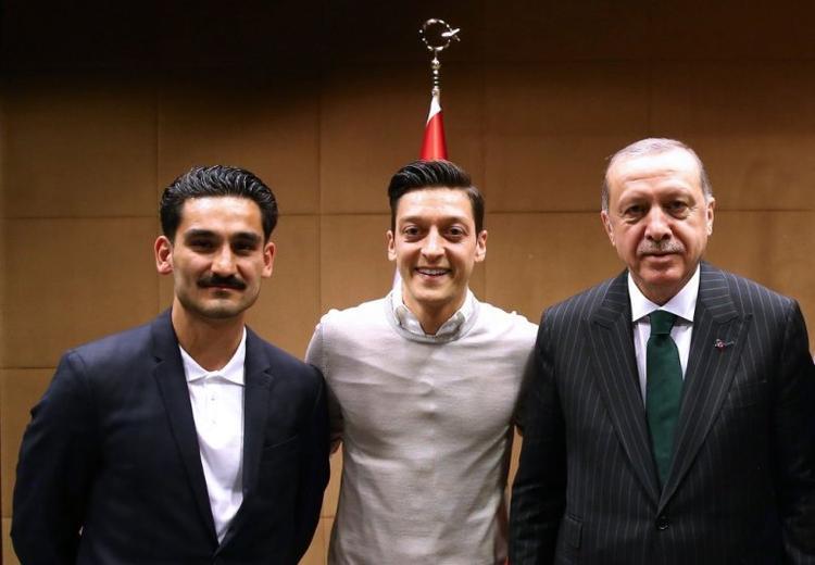 Ozil khốn đốn vì buổi gặp và chụp ảnh với ông Erdogan.