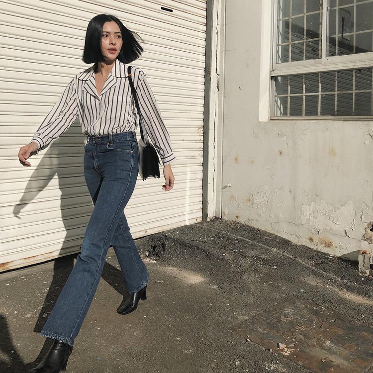 Tú Hảo tự tin xuống phố cùng áo sơ-mi vải sọc cùng quần jeans ống suông giúp kéo dài đôi chân.