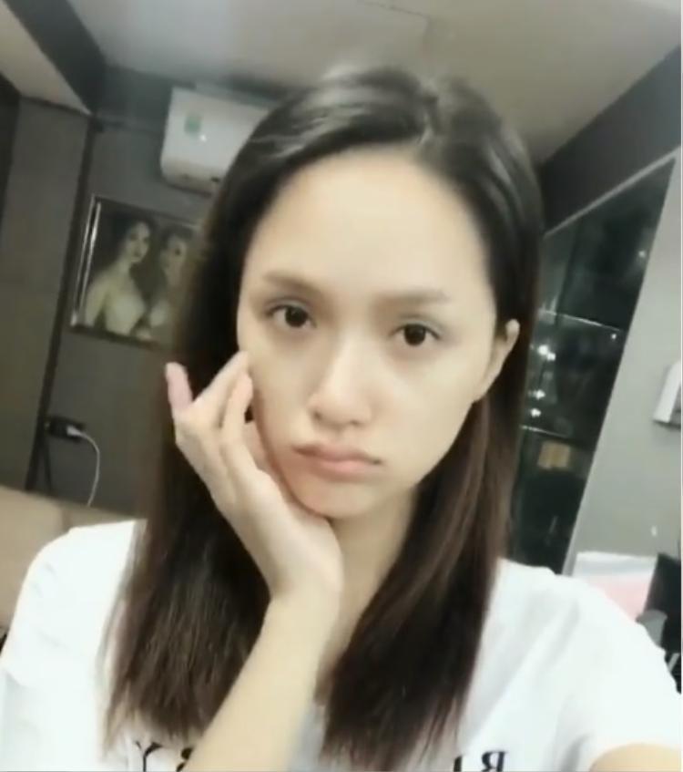 Không cần lớp trang điểm nào, Hương Giang vẫn xinh đẹp với làn da trắng không tì vết.