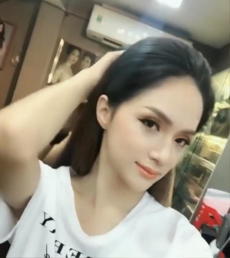 Sau khi makeup, Hương Giang lại càng xinh đẹp, lộng lẫy hơn.