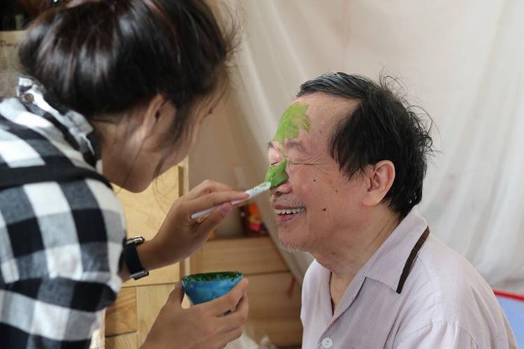 Hình ảnh các cụ U80 thích đắp mặt nạ trà xanh và câu chuyện ý nghĩa phía sau khiến dân mạng bất giác nhớ ông bà