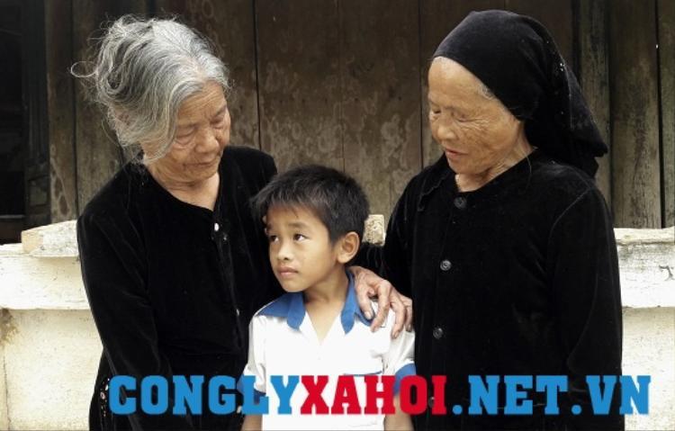 Từ ngày chồng mất, hai người đàn bà ấy vẫn sống hòa thuận với cháu con và yêu thương, đùm bọc nhau. Ảnh Tuệ Minh.