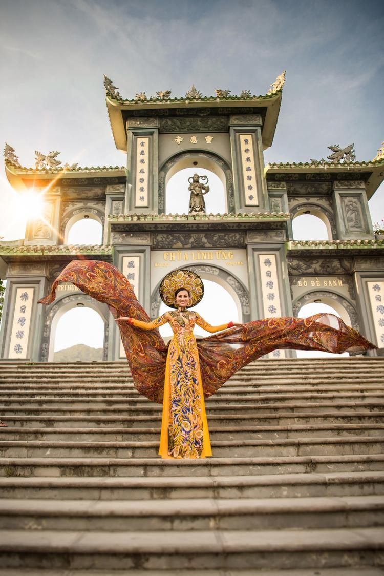 Nữ Hoàng Trần Huyền Nhung diện quốc phục nặng ký tới thành phố Đà Nẵng
